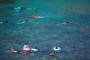 中の浦海水浴場で遊ぶ人達