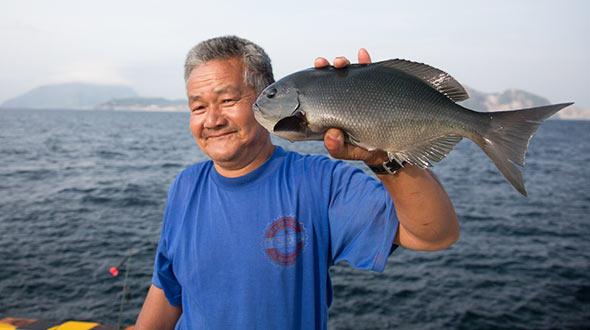 釣った魚と記念写真