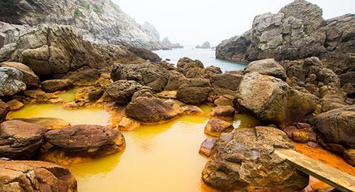 海水と混じっている地鉈温泉