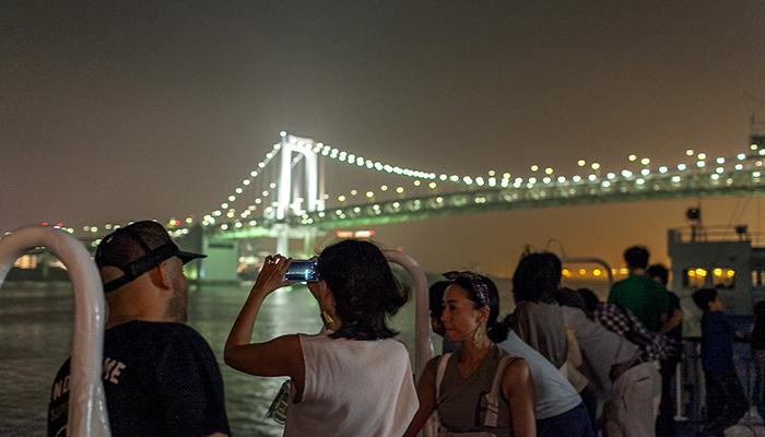 東京・竹芝桟橋から、大型客船「さるびあ丸」に。