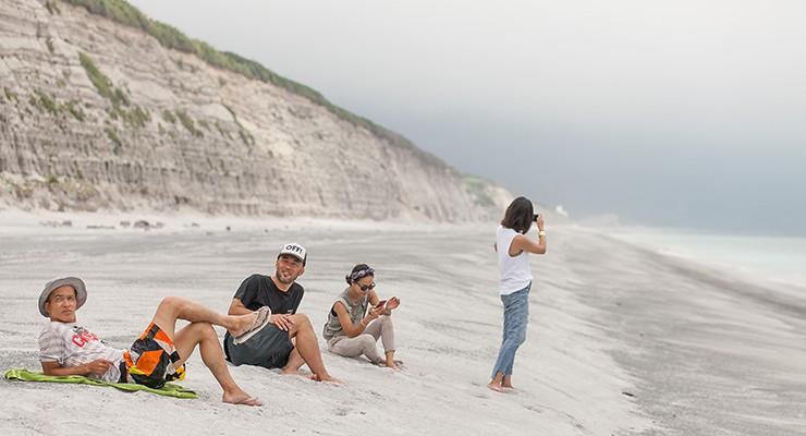 右を見ても左を見ても果てしなく広がる、白い砂浜と断崖。