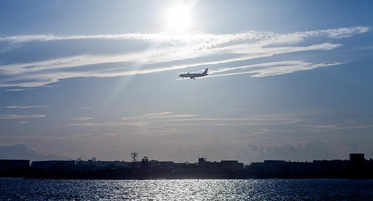 空港に向けて飛んで行く旅客機