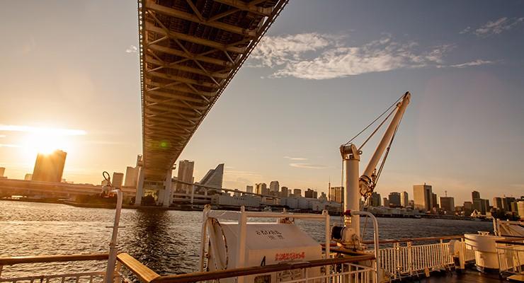 レインボーブリッジをくぐれば、東京・竹芝桟橋は目前。