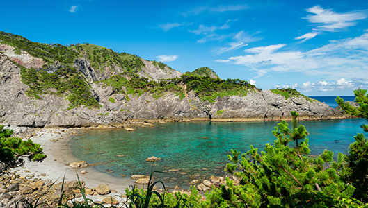 岩と白砂と緑が美しい海岸